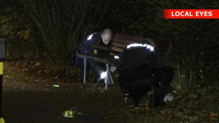 Betjente er ved at fjerne en bænk. Den skal undersøges nærmere for spor