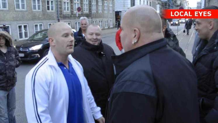 Rockeren i den hvide trøje er netop frifundet og løsladt. Nu vil han søge erstatning for at have siddet i fængsel i over 2 år.