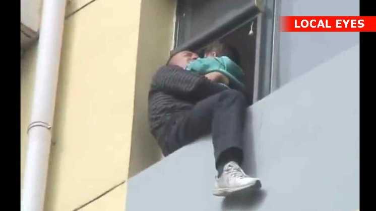 Denne mand sidder med sit lille barn og truer med at hoppe i døden fra 10 etage