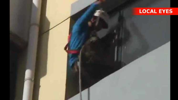 Brandmanden skubber den selvmordstruet mand med sit barn ind i lejligheden
