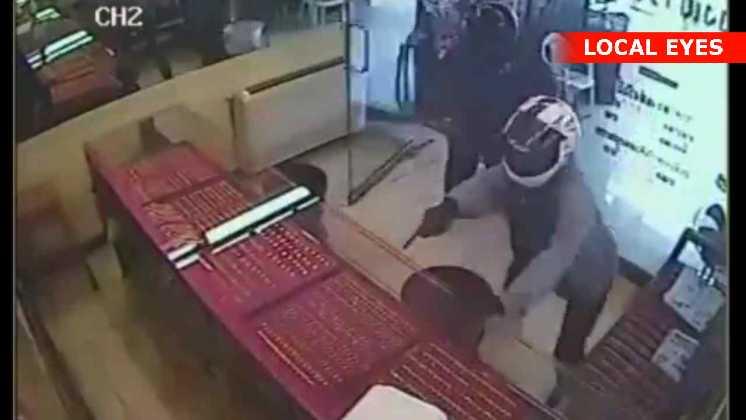Bevæbnede røvere stormer ind i en juveler-butik