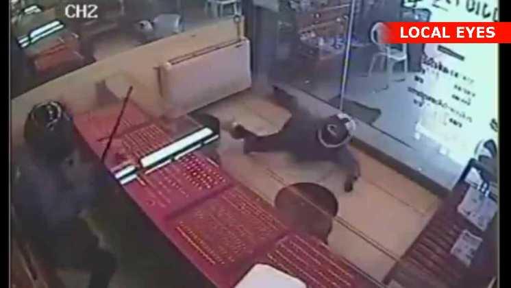 Ejeren har en pistol og skyder mod røverne