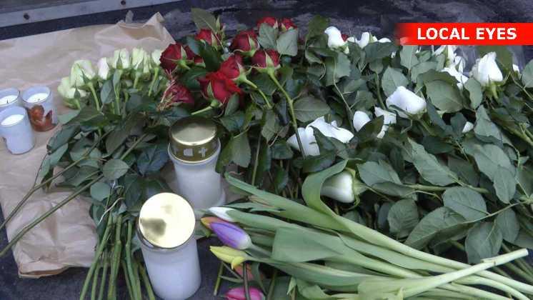Straks efter politiets tekniske undersøgelser af gerningsstedet var færdige, blev der lagt blomster