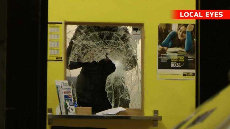 Røverne smadrede en rude i butikken