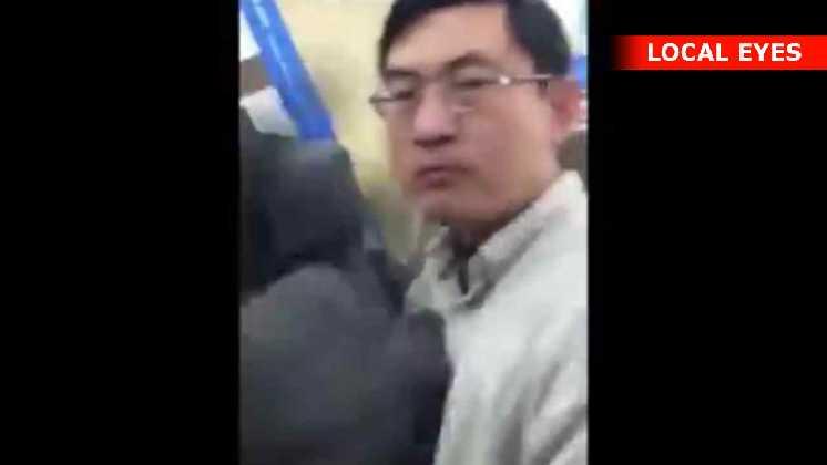 Denne mand går amok og slår en dame i hovedet