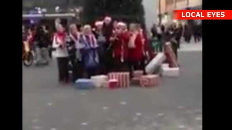 Mand smadrer juleudstilling
