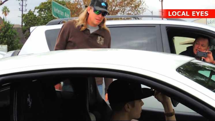 En bilist er utålmodig og beder Justin om at køre videre