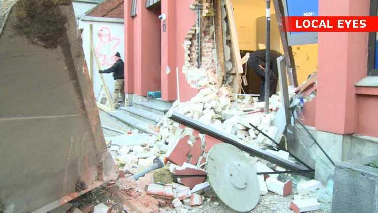 Tyve smadrer bank og blomsterforretning med gummiged