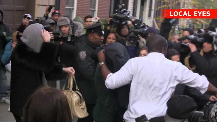 Lindsay Lohan forlader politistationen i 10. distrikt i New York, efter hun torsdag blev anholdt for vold på en natklub