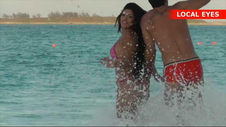 Suelyn Medeiros leger med kæresten