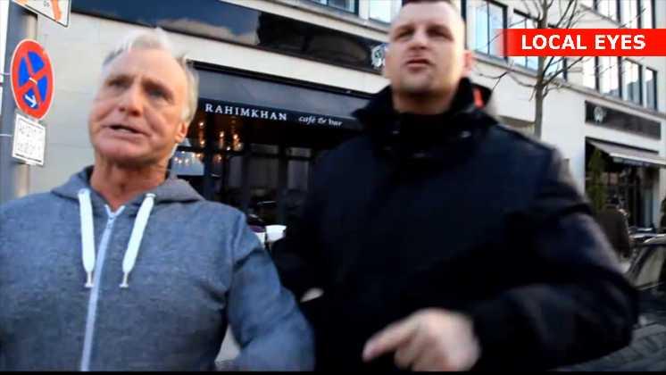 Bodyguarden begynder først at tæske fotografen, når hans kollega er kommet og de er to