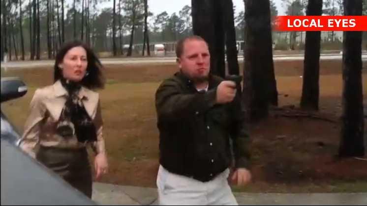 Bradley Turner mand affyrer flere skud men rammer kun bilen og huset
