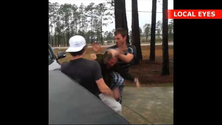 Den 40-årige mand får tæsk efter at have slået føreren af bilen
